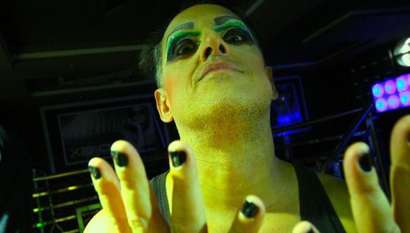 Pelo Madueño rinde homenaje al cine de Almodóvar en su último video.