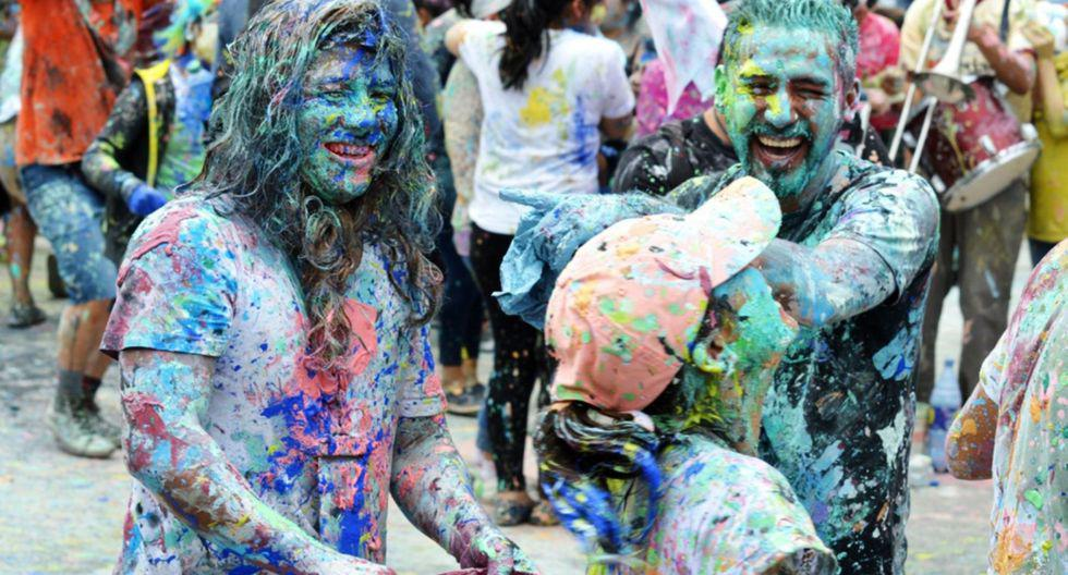 El primer día, los asistentes terminan bañados en agua, pintura y talco.(Foto: Andina)
