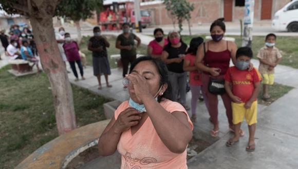 En el A.H. Virgen del Carmen de Chincha grupos de vecinos reciben el antiparasitario con la creencia de que se inmunizan contra el coronavirus. (Renzo Salazar / @photo.gec)