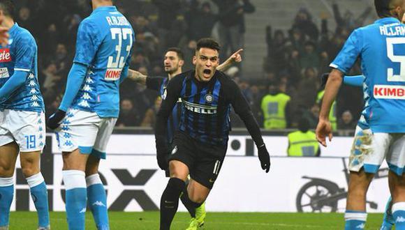 """Lautaro Martínez saltó al campo de juego a los 84' y siete minutos más tarde anotó el único gol del Inter de Milán sobre el Napoli. Su conquista hizo """"explotar"""" el Estadio Giuseppe Meazza. (Foto: AFP)"""
