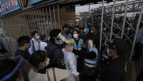 Cientos de personas tuvieron que formar largas colas para lograr conseguir subirse a un bus del Metropolitano en la estación Naranjal, en el norte de la capital (FOTOS:  Anthony Niño de Guzmán / @photo.gec)