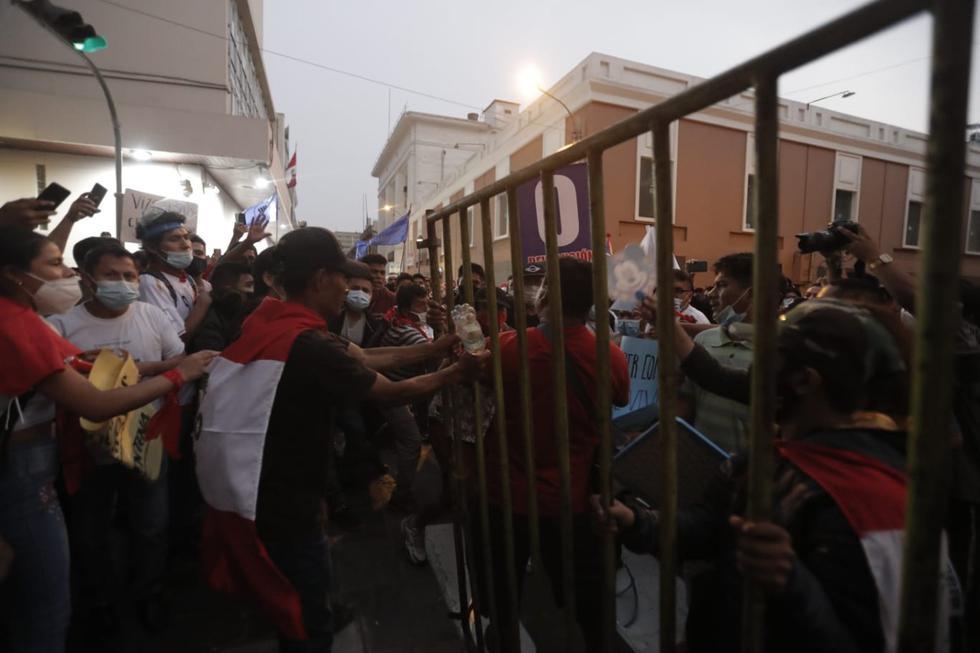 Un gran grupo de personas llegó esta tarde a la Plaza San Martín, ubicada en el Centro de Lima, para manifestarse en contra de la cuarentena total, medida que regirá desde este 31 de enero hasta el 14 de febrero, con el objetivo de frenar el avance de la segunda ola de COVID-19. Foto: Renzo Salazar / @photo.gec