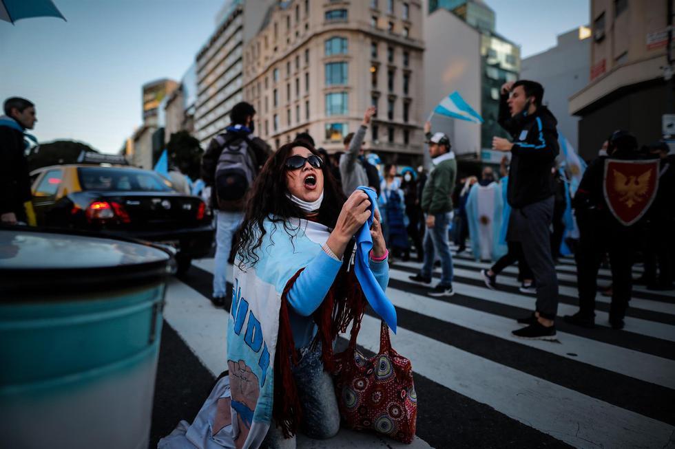 Diversas manifestaciones se realizaron este martes en Buenos Aires y otras ciudades de Argentina en contra del endurecimiento de las restricciones dispuestas por el Gobierno de Alberto Fernández para afrontar el embate de la segunda ola de coronavirus. (Foto: EFE/Juan Ignacio Roncoroni)