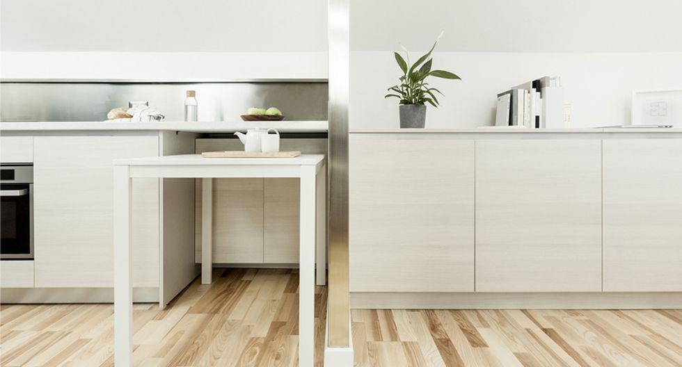 Debido al tamaño del departamento, los muebles empotrados están diseñados a lo largo del perímetro para dejar el mayor espacio libre posible. (Foto: untitled architecture)