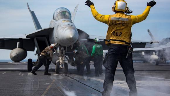 Los marineros realizan operaciones de vuelo a bordo del portaaviones USS Carl Vinson de la clase Nimitz de la Marina de los Estados Unidos en el Océano Pacífico occidental el 2 de mayo de 2017. (Reuters).
