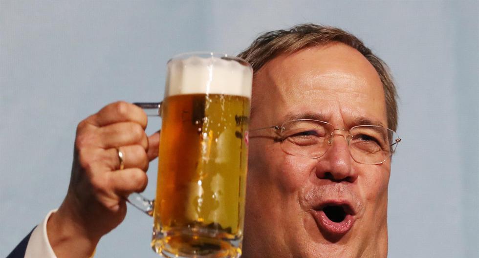 El candidato del Partido Demócrata Cristiano Alemán (CDU), Armin Laschet, sostiene un vaso de cerveza durante un mitin de campaña para las elecciones federales, el 16 de septiembre de 2021. (EFE / EPA / FOCKE STRANGMANN).