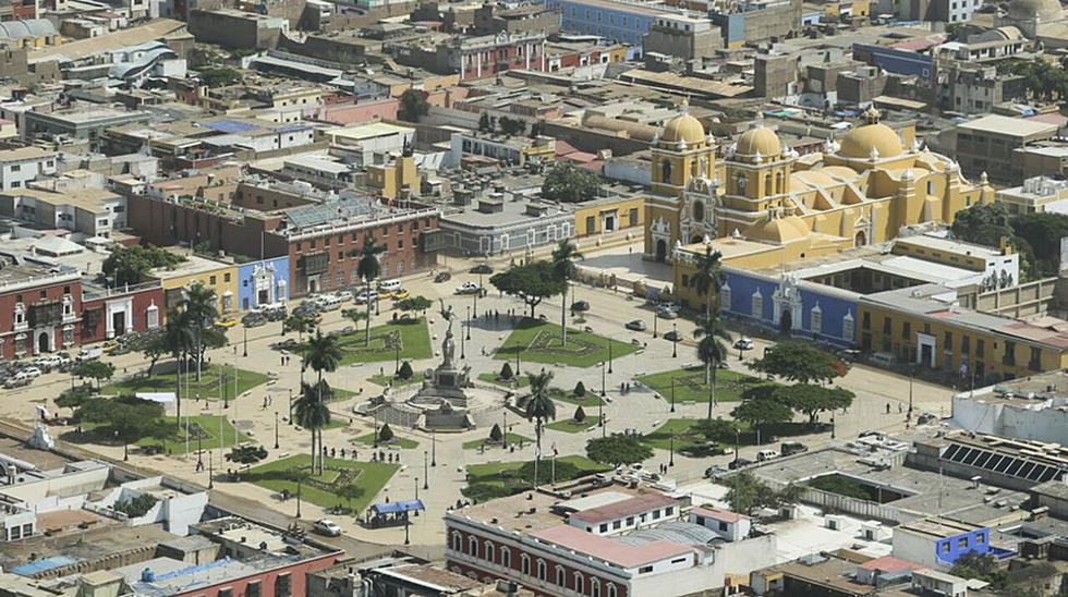 El presidente Pedro Pablo Kuczynski realizó un sobrevuelo en helicóptero sobre la ciudad de Trujillo para inspeccionar los daños causados por los huaicos y lluvias de los últimos días. (El Comercio: Miguel Bellido/envia