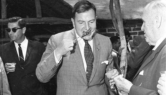 La tarde del 17 de enero de 1965, el multimillonario estadounidense David Rockefeller disfrutó de un almuerzo realizado por los dirigentes del Banco Continental del Perú. Ahí comió el tradicional anticucho y bailó música criolla a su manera. (Foto: GEC Archivo Histórico)