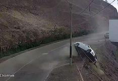 Surco: el preciso instante en el que un auto se despista y cae por un cerro dando varias vueltas de campana