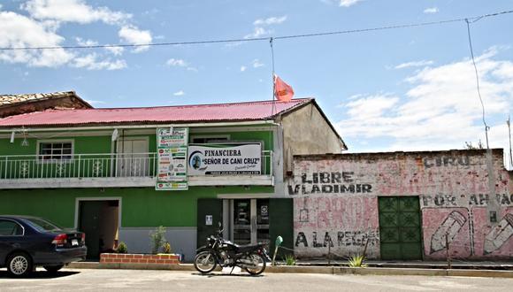 En la oficina de Grupo Económico Señor de Cani Cruz S.R.L. en Áhuac, localidad donde nació Vladimir Cerrón, flamea una bandera con el símbolo del partido de gobierno.
