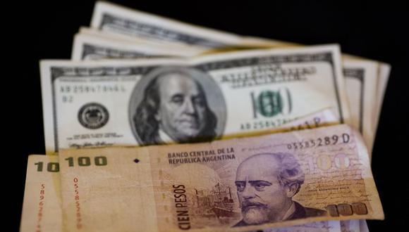 Dólar y peso argentino. (Foto: AP)