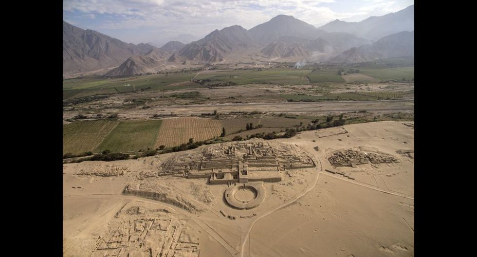 Vista aérea de la Pirámide Mayor de la ciudad de Caral. A la fecha, se han encontrado mas de 20 estructuras, seis de las cuales son grandes pirámides distribuidas en un amplio círculo