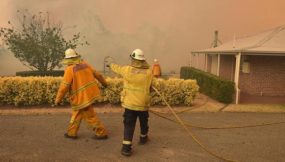 Los bomberos combaten un incendio forestal para proteger una propiedad en Balmoral, a 150 km al suroeste de Sídney, en Australia. (Foto: AFP)
