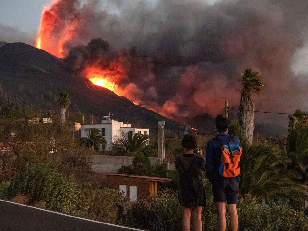 La lava que emerge de la erupción volcánica de Cumbre Vieja, en la isla canaria de La Palma, ha llegado al mar tras arrasar en su camino edificaciones, invernaderos y plataneras, provocando en su contacto con el agua una nube de vapor de agua y gases que pueden resultar tóxicos. (EFE/Miguel Calero).
