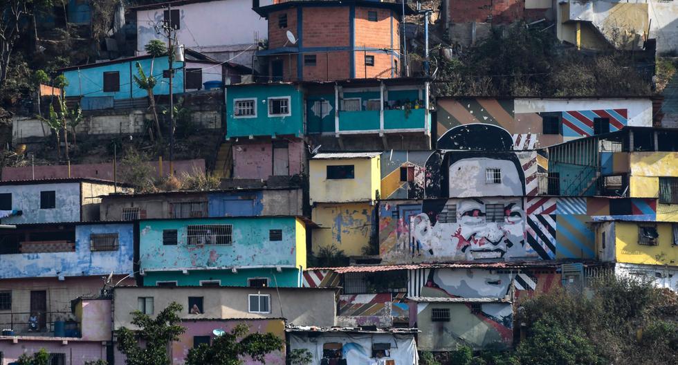 Un mural que representa al difunto líder venezolano Hugo Chávez se ve en el barrio marginal de Guarataro, en Caracas, el 24 de mayo de 2020 durante la pandemia de coronavirus COVID-19.. (Foto por Federico PARRA / AFP).