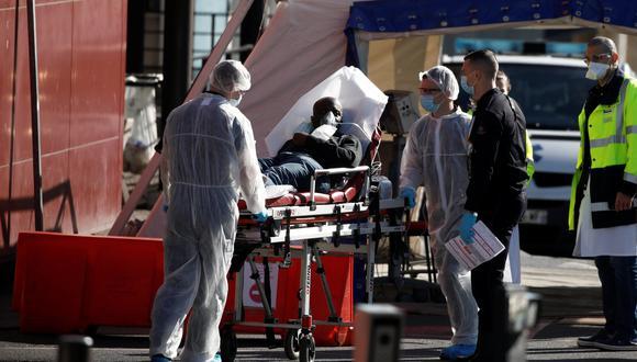 Los paramédicos llevan a un paciente en camilla desde una ambulancia en el Hospital Henri Mondor en Creteil, cerca de París, mientras continúa la propagación de la enfermedad por coronavirus en Francia, 30 de marzo de 2020. Foto: REUTERS / Benoit Tessier