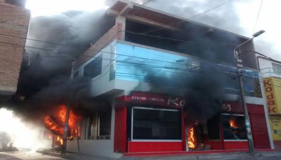 Incendio consume centro comercial en Pacasmayo