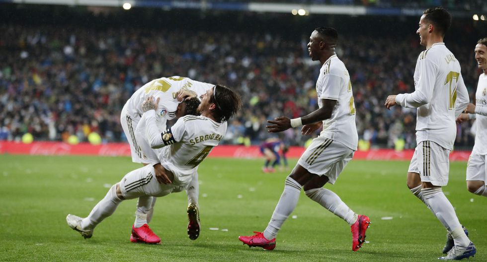 Real Madrid's Mariano Diaz, left, celebrates with teammates after scoring his side's second goal during the Spanish La Liga soccer match between Real Madrid and Barcelona at the Santiago Bernabeu stadium in Madrid, Spain, Sunday, March 1, 2020. (AP Photo/Manu Fernandez)