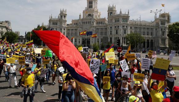 La gente marcha en apoyo de las manifestaciones que tienen lugar en Colombia contra la reforma fiscal del gobierno del presidente Iván Duque y contra la violencia policial, en Madrid, España. (Foto: REUTERS / Susana Vera).