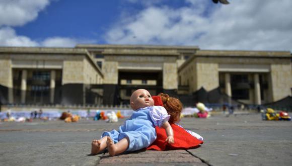 Muñecos se colocan en la plaza Bolívar durante una manifestación contra el abuso infantil en Bogotá. (Foto: archivo / RAUL ARBOLEDA / PERSONAL / AFP).