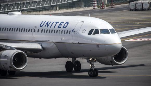 Un avión de United Airlines se prepara para despegar desde un aeropuerto. (Foto referencial: AFP).