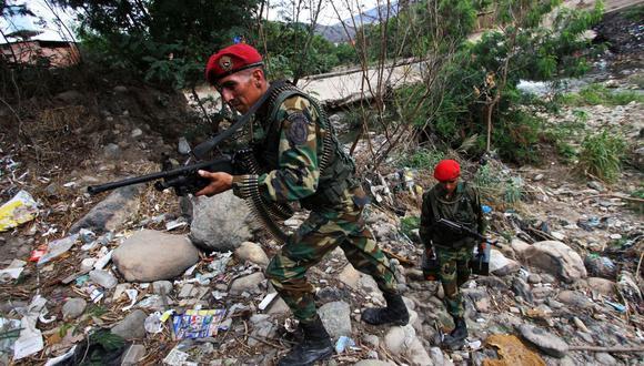 Tropas venezolanas patrullan un puesto de control cerca de la frontera entre Venezuela y Colombia en San Antonio, estado de Táchira, Venezuela, el 23 de agosto de 2015. (AFP/GEORGE CASTELLANOS/ARCHIVO).