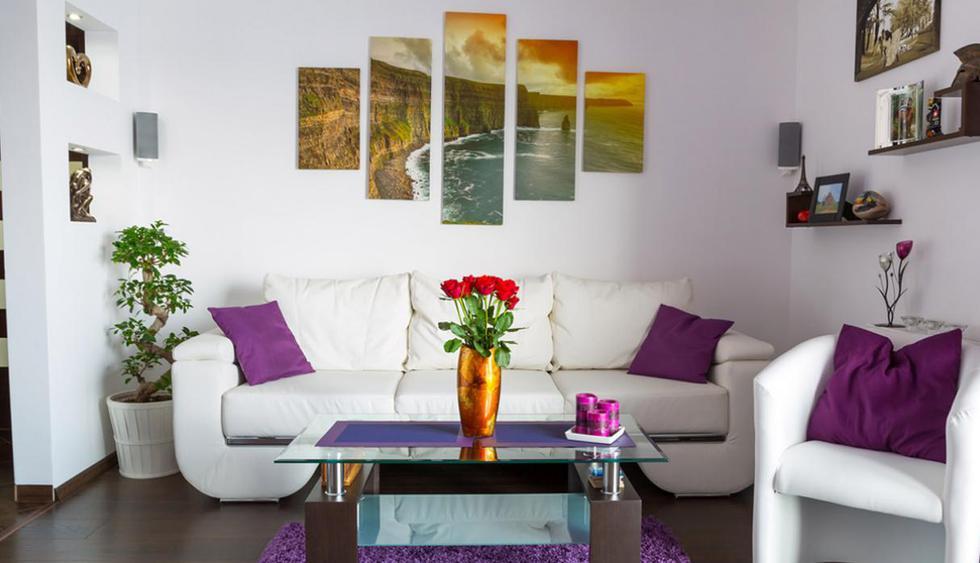 Una composición de cuadros te ayudará a tener una sala naid. Eso sí, que uno de ellos tenga una frase que demuestre todo el poder femenino. (Foto: Shutterstock)