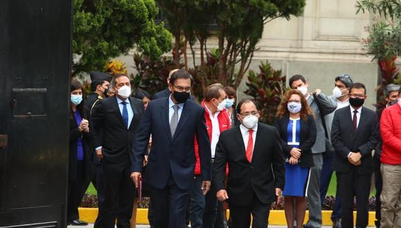 Martín Vizcarra salió de Palacio de Gobierno minutos antes de las 10 de la mañana. Lo acompaña su abogado Fernando Ugaz Zegarra (Foto: Alessandro Currarino/ Grupo El Comercio)