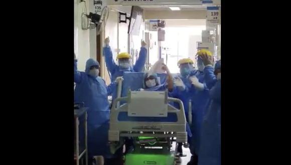 Médicos del hospital Sabogal de EsSalud celebran recuperación de paciente con COVID-19 tras dejar UCI. (Foto: EsSalud)