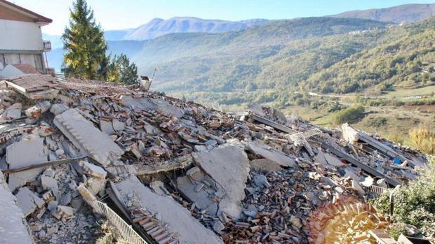 Lors du séisme de L'Aquila, un habitant a emmené sa famille en lieu sûr après avoir vu des flashs deux heures avant le séisme.  (Getty Images)
