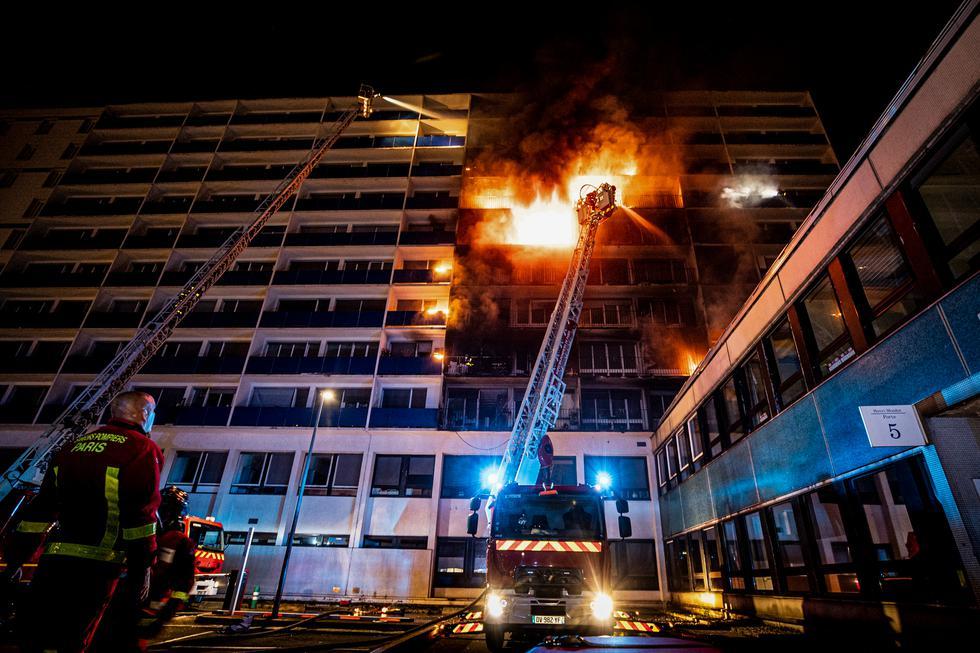 Pese a la violencia del incendio y a su proximidad, el centro sanitario no se vio afectado en su actividad y no fue necesario evacuar a los enfermos. (Fotos: AFP)