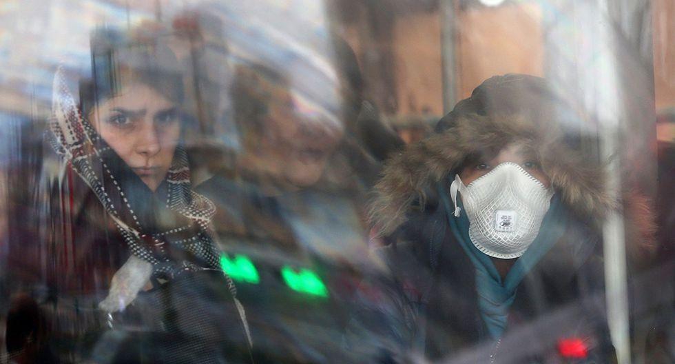 Una mujer iraní usa máscaras protectoras para evitar contraer el coronavirus, mientras se sienta en el autobús en Teherán. (Foto: Reuters)