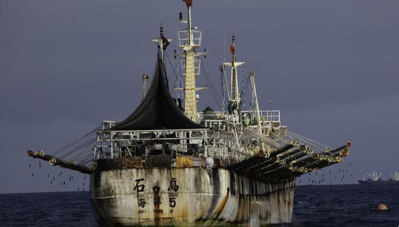Embarcaciones pesqueras extranjeras navegan cerca del mar peruano. (Foto: Simon Ager y Global Fishing Watch)