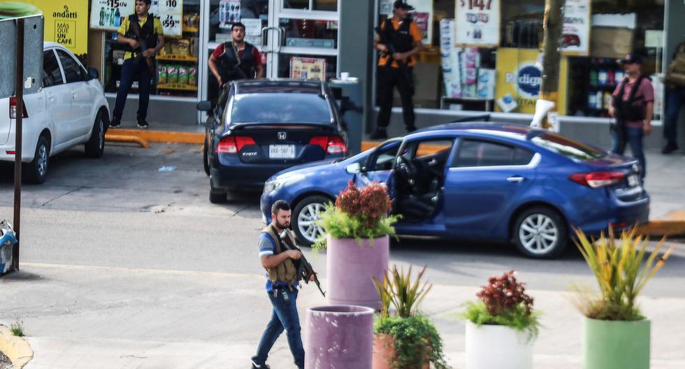 México se encuentra inmerso en una espiral de violencia alimentada por enfrentamientos entre la fuerza pública y grupos del crimen organizado que se disputan zonas del país. En la imagen, hombres armados del Cártel de Sinaloa instalados en Culiacán, en octubre, que resultó en la liberación de Osvaldo Guzmán, hijo de 'El Chapo'. (Reuters)