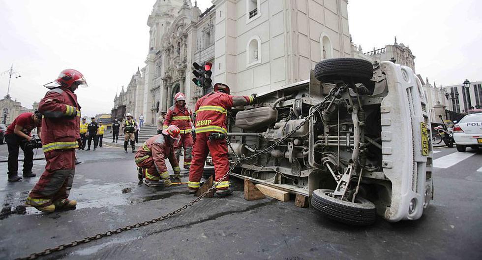 Cercado de Lima: minivan se volcó tras choque frente a Catedral - 1