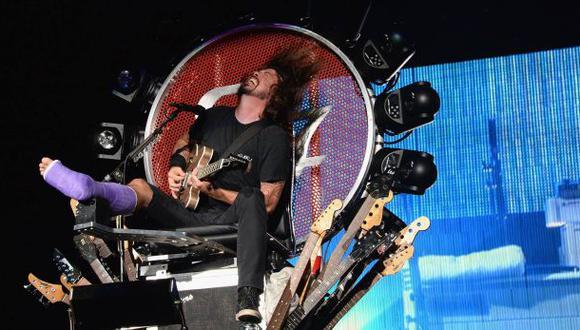 Líder de Foo Fighters sube al escenario con pierna fracturada