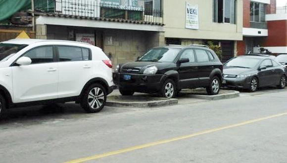 Autos se estacionan en cualquier parte en San Isidro