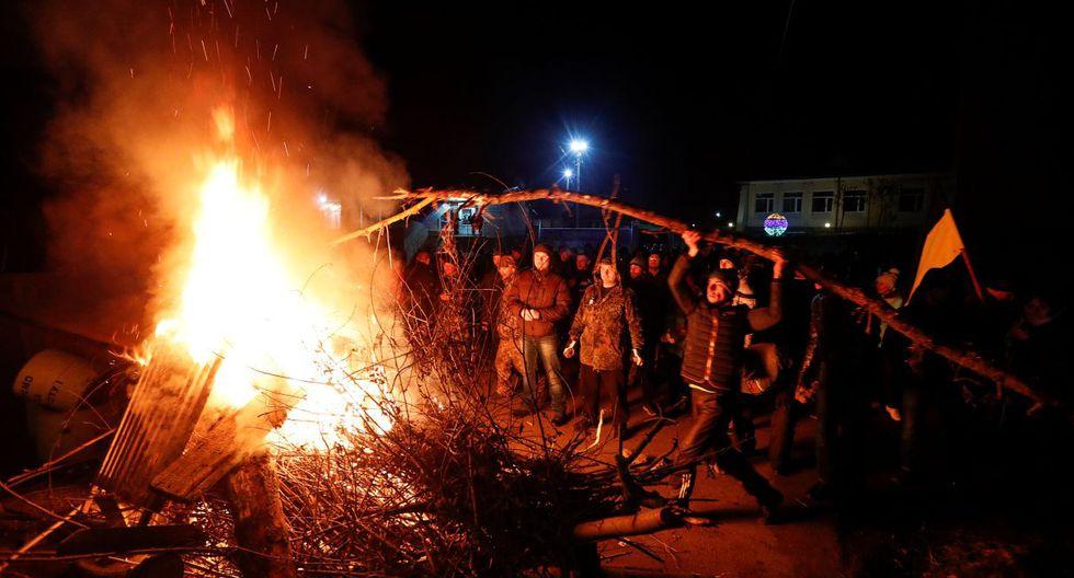 Las autoridades condenaron la violencia, y la ministra de salud del país Zoryana Skaletska juró participar en la cuarentena de dos semanas de los evacuados a fin de tranquilizar a los manifestantes que temen infectarse. (Reuters).