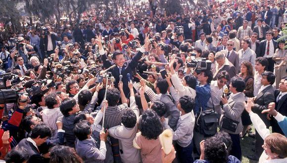 Un día después de su triunfo 30 años atrás, Alberto Fujimori fue el literal centro de atención. (Foto; Darío Médico/Archivo de El Comercio)