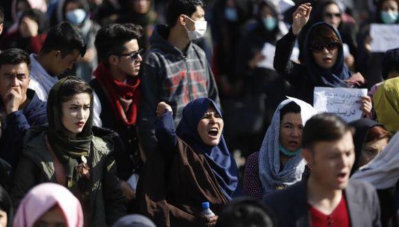 Jóvenes afganos gritan consignas durante una manifestación contra los talibanes y el Estado Islámico en el centro de Kabul, Afganistán. (Foto referencial: EFE)