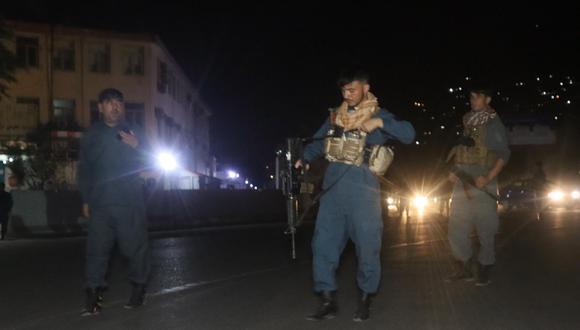Funcionarios de seguridad afganos montan guardia en una carretera que conduce al lugar de una gran explosión en Kabul, Afganistán, el 3 de agosto de 2021. (EFE / EPA / JAWED KARGAR).