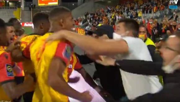 Así celebraron los jugadores e hinchas del Lens el gol que le anotaron al PSG en la Ligue 1 de Francia. (Foto: captura de pantalla)