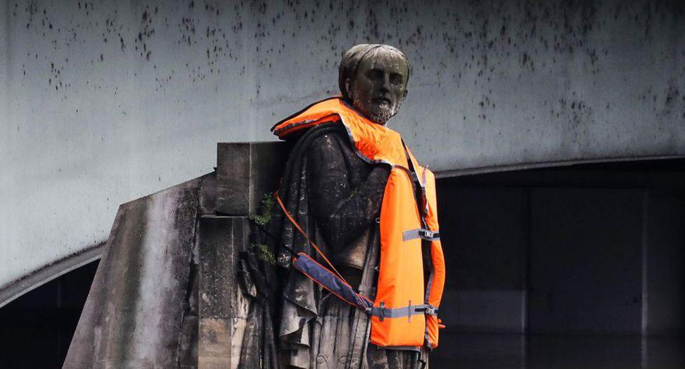 Una emblemática estatua de un puente parisino, parcialmente sumergida por la crecida del Sena, fue equipada el domingo con un chaleco salvavidas en una operación simbólica para sensibilizar sobre el impacto del cambio climático.(Foto: Reuters)