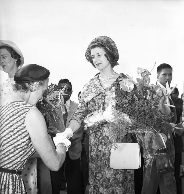 En la imagen, la amable y joven princesa Alejandra, hija de la Duquesa de Kent, recibiendo el saludo con venia de una mujer de la colonia británica en el Perú. (Foto: GEC Archivo Histórico)