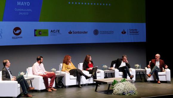Rosa Beltrán (cuarta de izq. a der.) moderó el martes la charla entre los finalistas de la bienal: Antonio Soler, Rodrigo Blanco Calderón, Gioconda Belli, Manuel Vilas y Gustavo Faverón. (EFE)