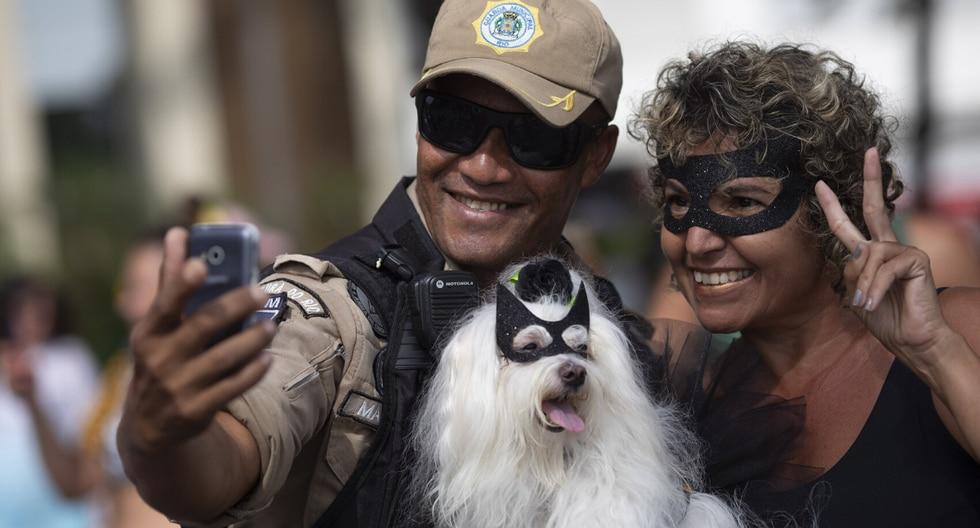 """El blocão, una mezcla de """"bloco"""" que alude a las tradicionales fiestas callejeras y """"cão"""" —perro en portugués—, se ha convertido en un evento tradicional de la fiesta callejera que por varios días toma la ciudad cada año. (Foto: AP)"""