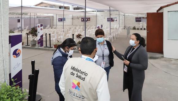 Supervisores de Susalud, del Ministerio de Salud, llegaron hasta el vacunatorio de la clínica San Pablo que tras la denuncia fue cerrado   Foto. Susalud