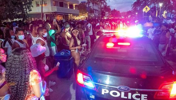 La policía de Miami Beach hacen cumplir el toque de queda de las 20:00 horas en South Beach, durante las vacaciones de primavera. (EFE / EPA / CRISTOBAL HERRERA-ULASHKEVICH).
