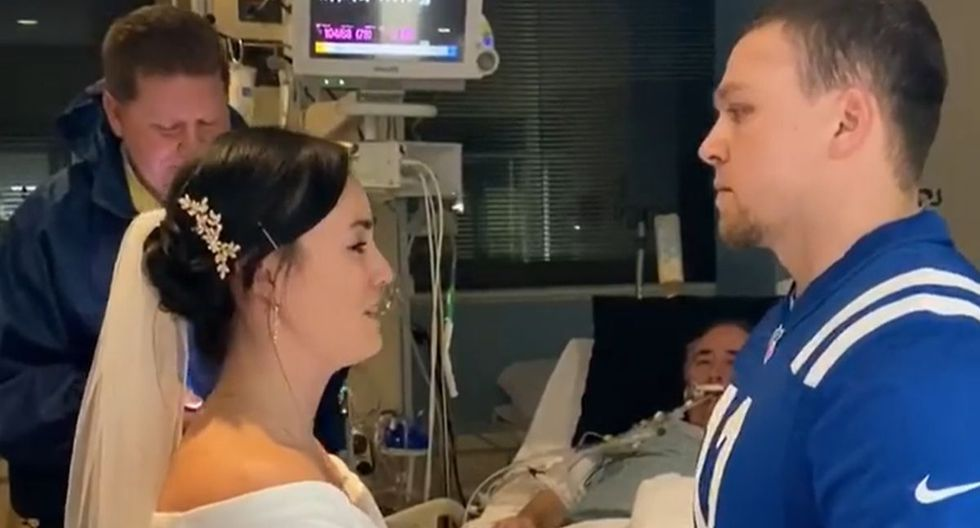Una pareja realizó su boda en la habitación de un hospital para que el padre de la novia pueda estar presente |  Foto: Facebook / Shelby Schweikhart-Conville