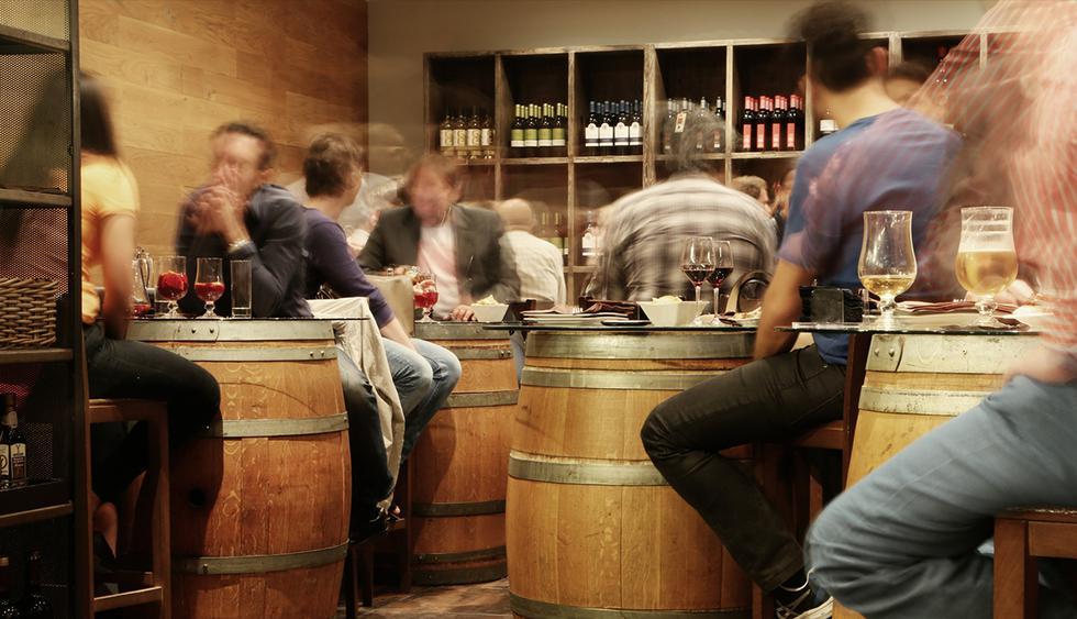 Se quedó encerrado toda una noche en un bar y cuando lo liberan estaba con una copa. (Pixabay)